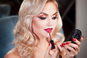 Rode lippenstift perfecte make-up voor de feestdagen